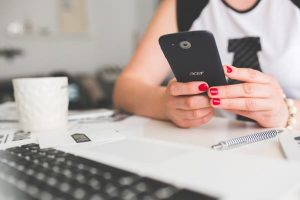 Foto di uno smartphone acer utilizzato in ufficio da una ragazza