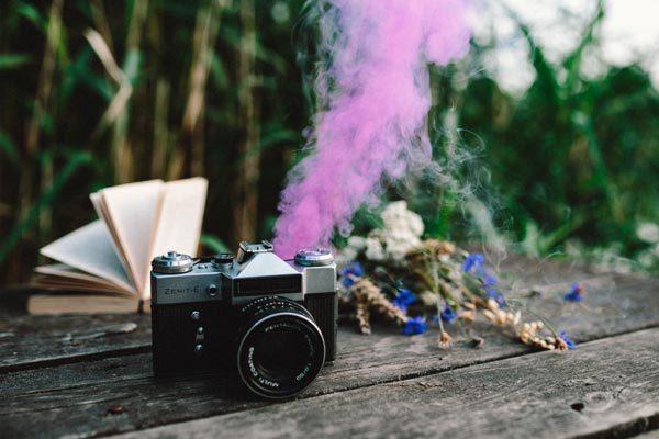 Macchinetta vintage con libro fiori e fumo