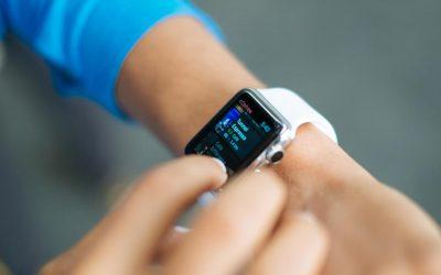 Foto di un ragazzo con apple watch per l'articolo su come rispondere su iphone dallo smart watch apple