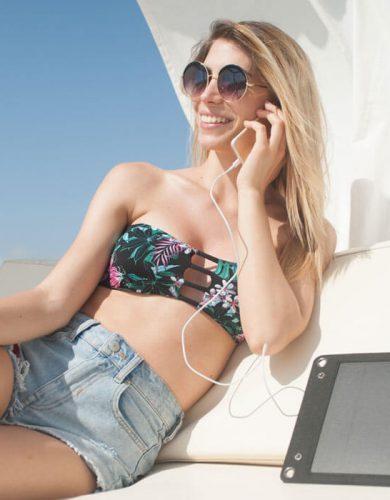 Modella parla al telefono con Holy Plug